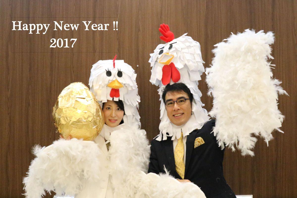 毎年手作りしている自作コスチュームでの年賀状写真。妊娠中で公表前だったので金の卵を持って。酉年。